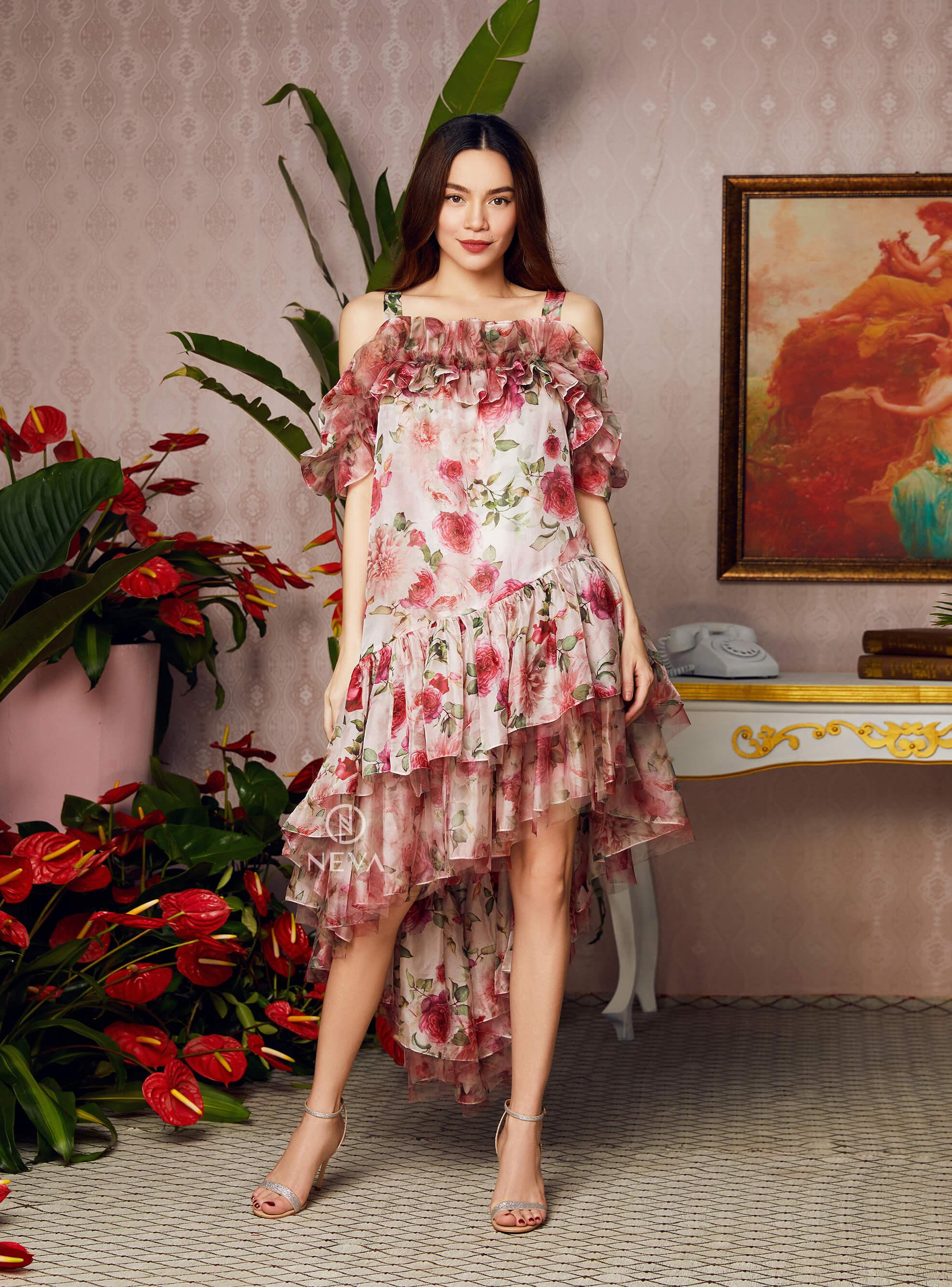 Chiếc đầm đặc biệt của Neva với những dải bèo xếp lớp đầy thẩm mỹ và dáng váy lệch tà, khiến Hà Hồ trở nên thơ, bay bổng và tươi tắn.
