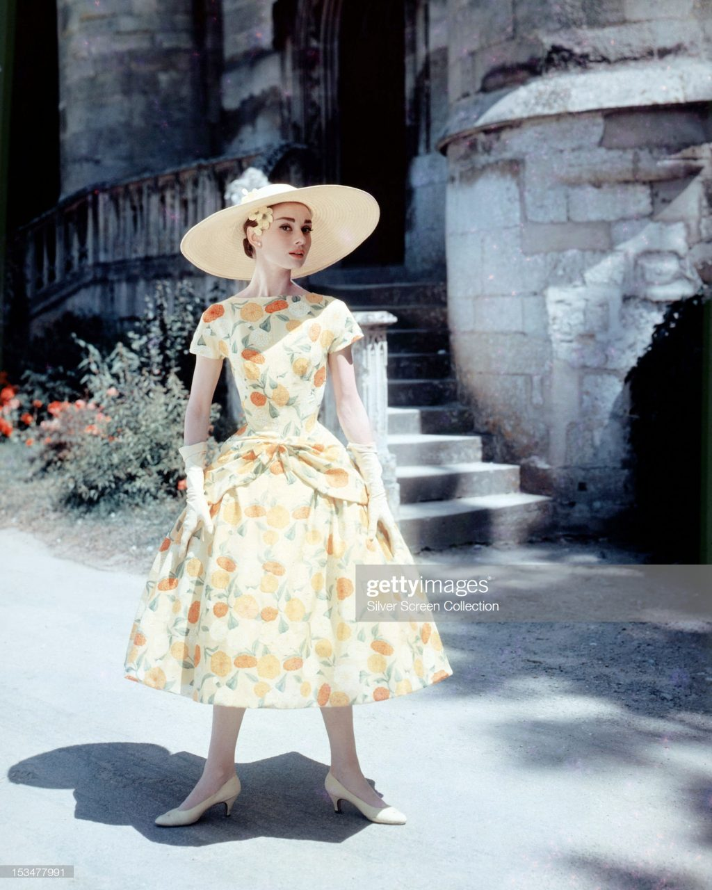 Sau bức màn tăm tối của chiến tranh, màu sắc tươi sáng lại trở về với thời trang được đánh dấu bằng sự đổ bộ của kiểu váy ôm tôn lên vóc dáng đồng hồ cát, làm xiêu lòng các quý ông. Marilyn Monroe và Audrey Hepburn trở thành biểu tượng phong cách của hàng triệu cô gái.