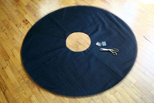 Hãy cắt tầm vải tuyn thành hình vuông đủ lớn để vừa với tấm bìa mẫu.