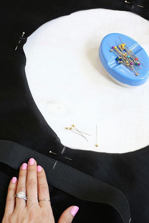 phấn đánh dấu 4 điểm trên đường eo của vòng tròn vải tuyn.