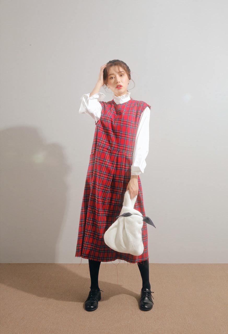 Cách mix đồ với váy yếm mùa đông - Phối với áo sơ mi