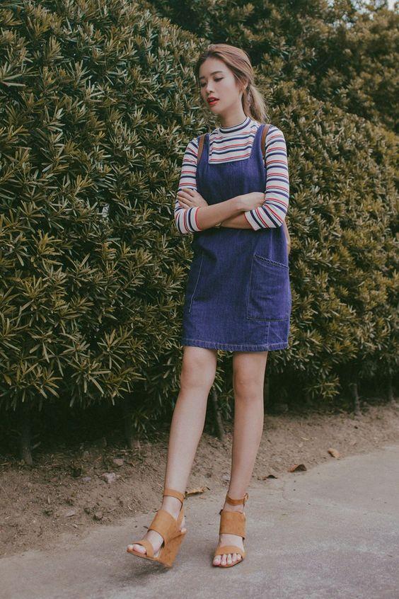Cách mix đồ với váy yếm mùa đông - Phối với áo thun