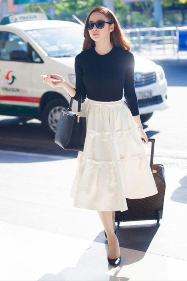 cách phối đồ với chân váy xòe dài, cách phối đồ với chân váy xòe dài mùa đông, chân váy trắng xòe dài, phối đồ với chân váy xòe dài, cách phối đồ với chân váy xòe dài xếp ly, cách phối đồ với chân váy xòe dài trắng, cách mix đồ với chân váy xòe dài