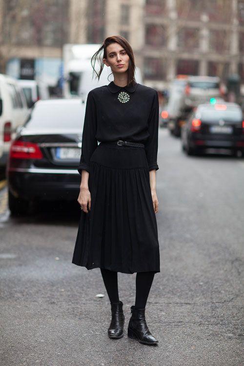 Chiếc chân váy chữ A màu đen dáng dài chắc chắn là một trong những item khó lòng ngó lơ