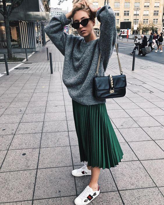 """Bộ đôi chân váy dài xếp ly + áo le oversize không chỉ giúp nàng thất ấm áp mà còn rất """"trendy"""" chuẩn xu hướng"""