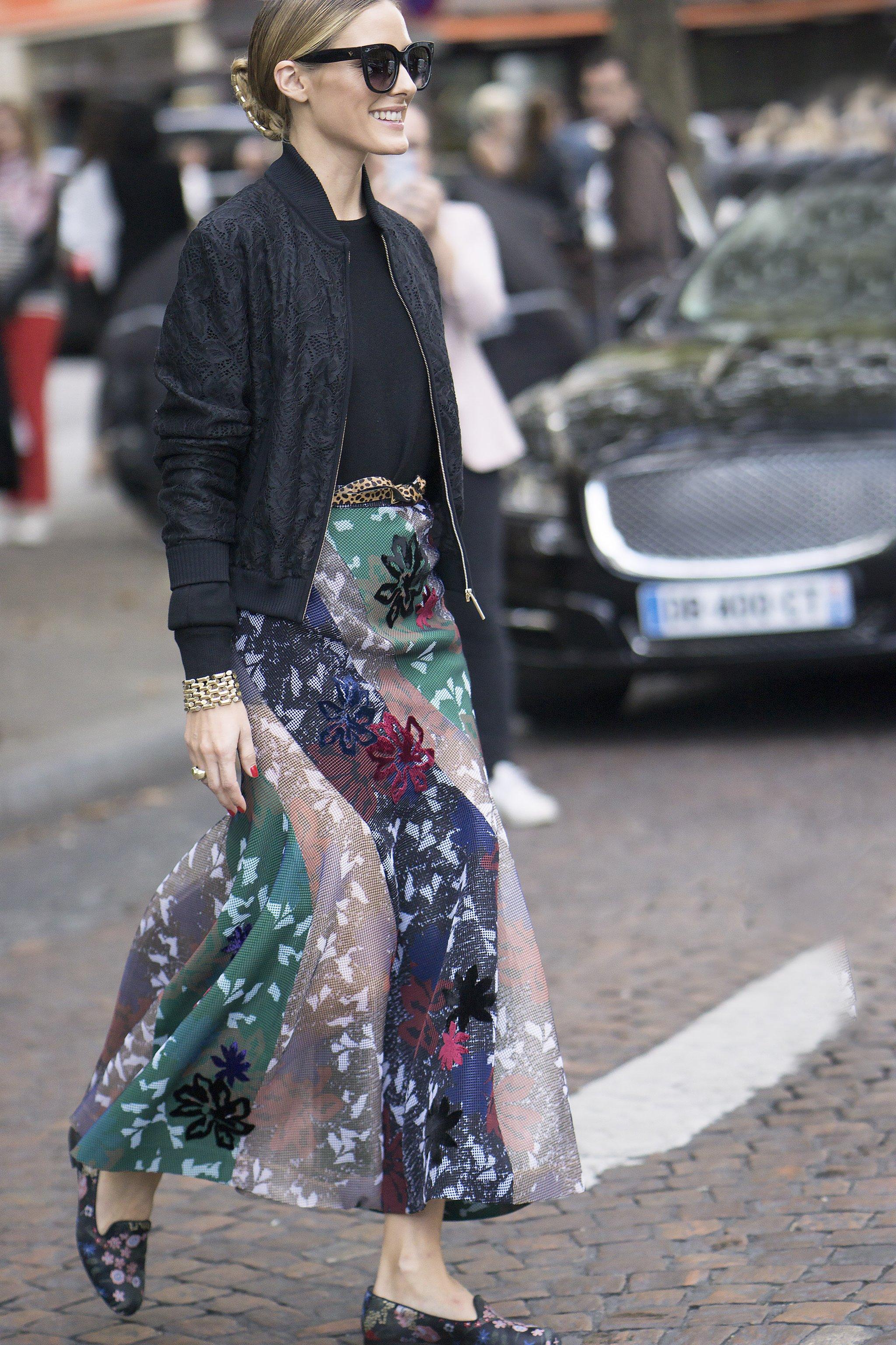 Chân váy dài vintage họa tiết sẽ khiến cho set đồ của phái đẹp trông trẻ trung, tươi mới và dễ dàng tạo ấn tượng
