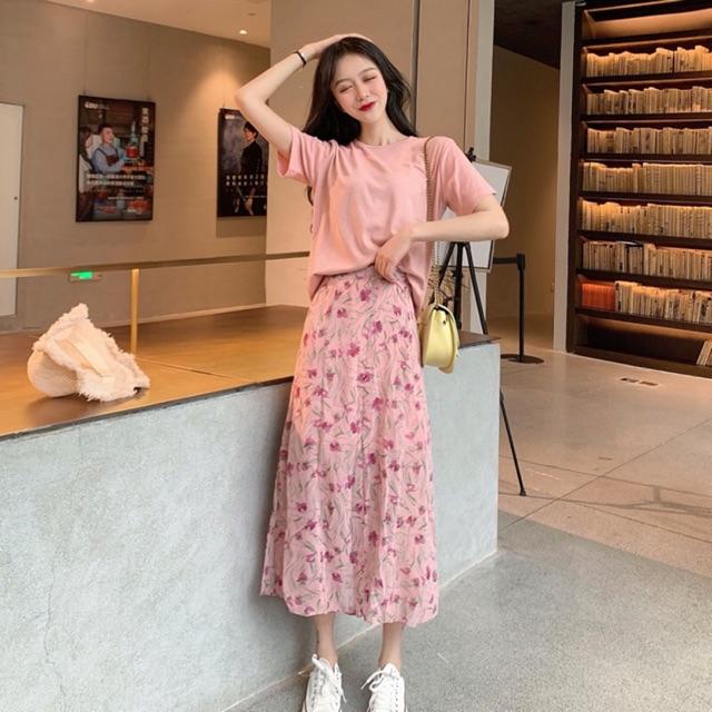 Áo phông basic có cùng tông màu với chân váy