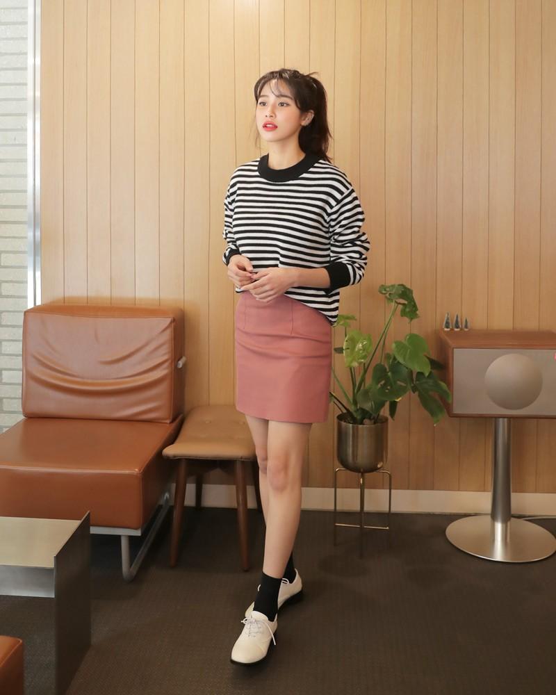 Mix áo gam màu trung tính cùng chân váy chữ A màu hồng tôn dáng