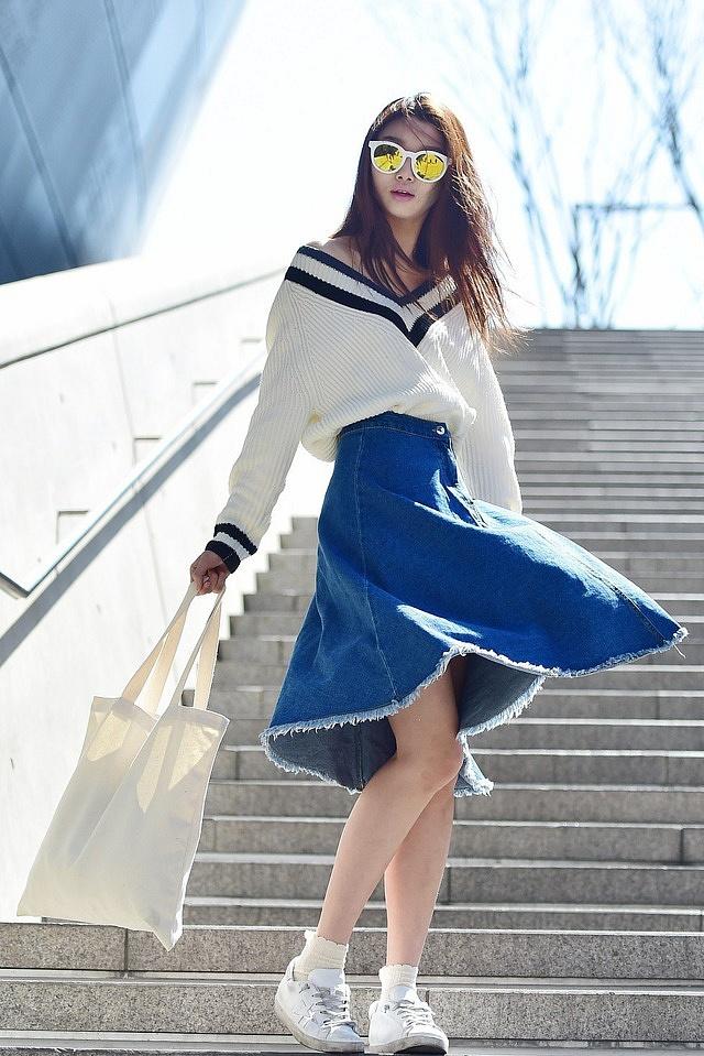 Để chiếc chân váy jean xòe trở nên ấn tượng hơn, nàng có thể mix match cùng một chiếc áo len oversize