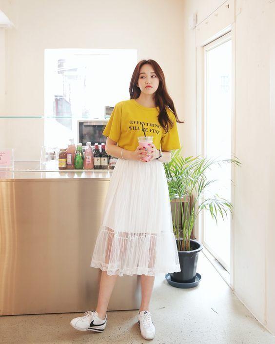 Chân váy trắng mặc với áo gì để luôn xinh đẹp và năng động