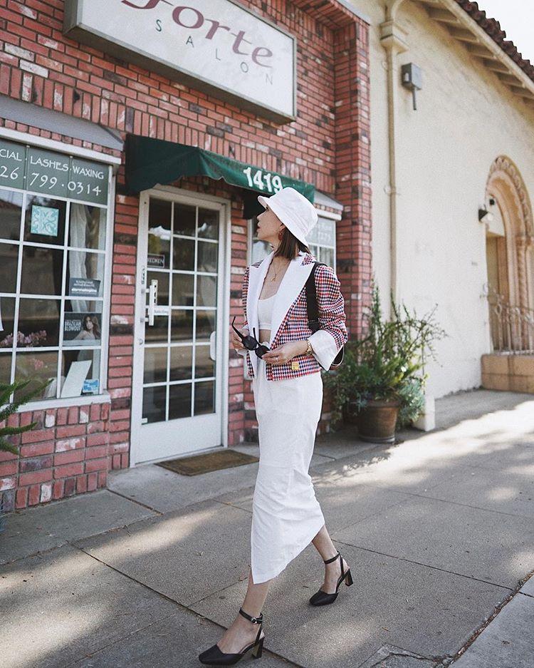 Chân váy vintage phối cùng blazer chính là công thức phối đồ đáng thử nhất trong mùa xuân năm nay