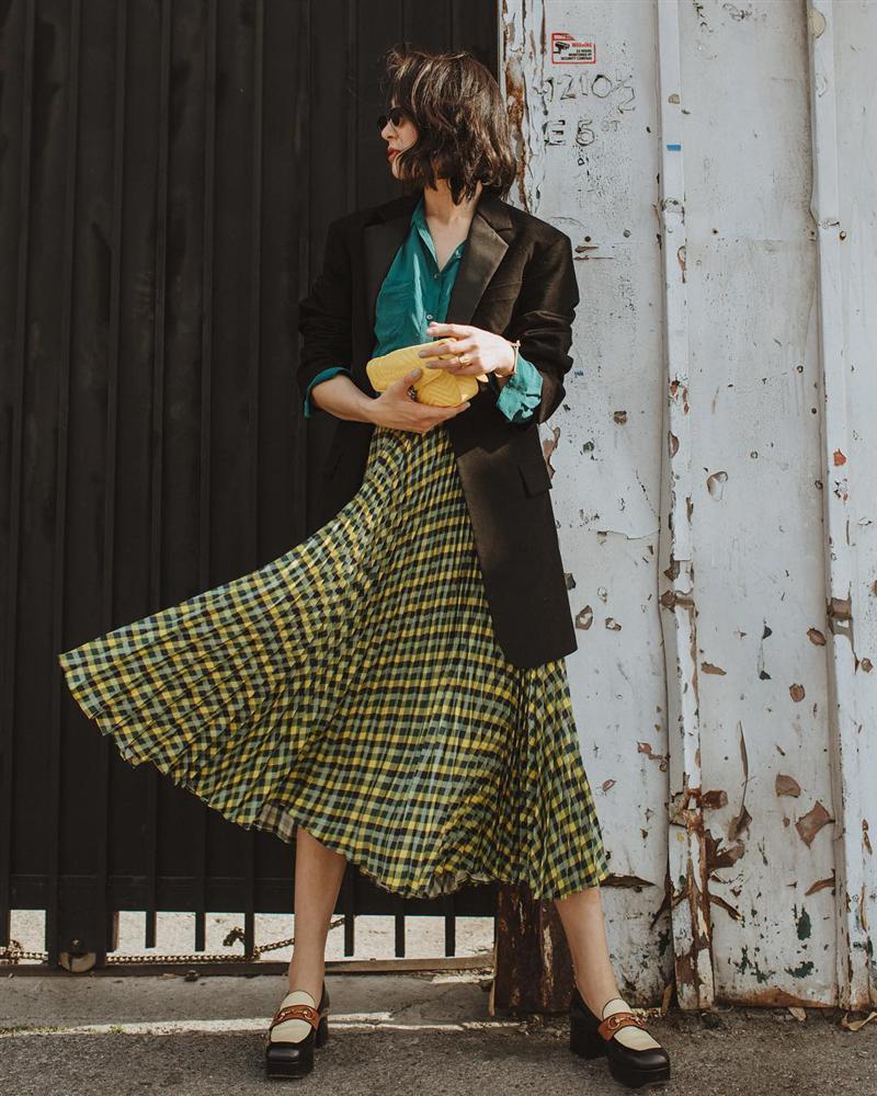 Chân váy vintage mặc với áo gì – blazer