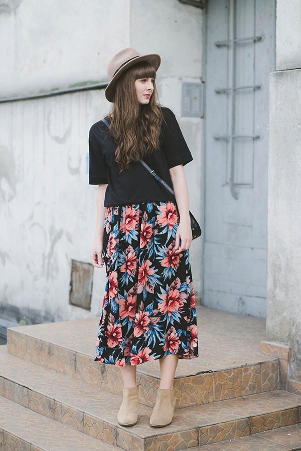 chân váy xòe hoa dài qua gối, chân váy hoa xòe dài, chân váy dài xoè mặc với áo gì, chân váy dài xòe kết hợp với áo gì 4