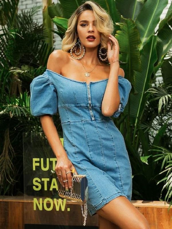 Đầm jean dáng suông với thiết kế trễ vai