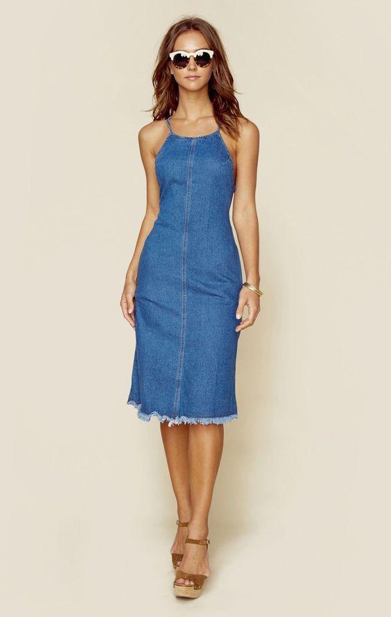 Đầm jean suông với thiết kế cổ yếm gợi cảm