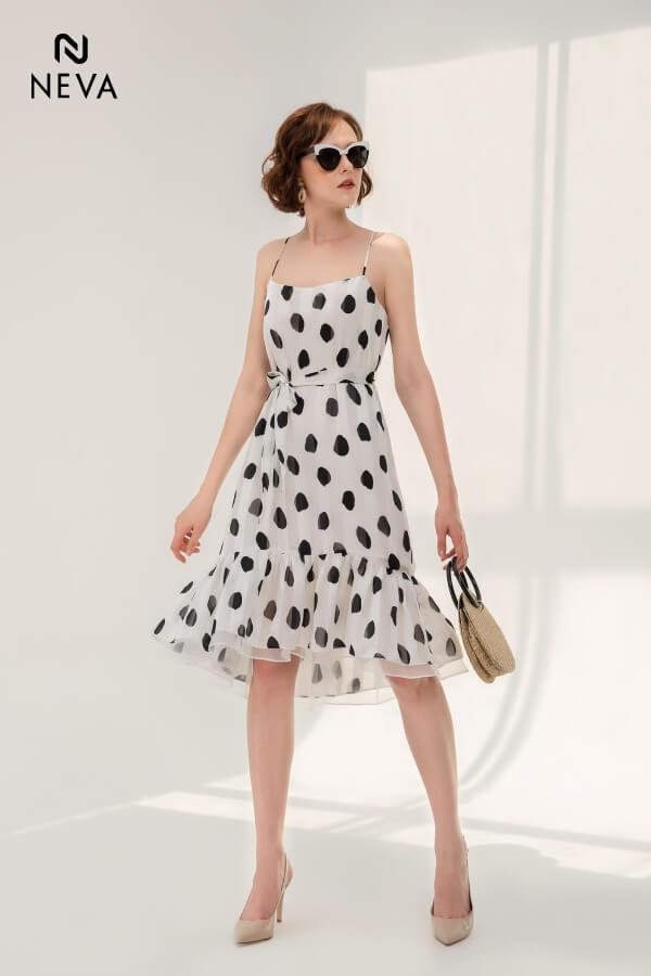 mẫu váy chấm bi đen trắng,váy chấm bi công sở đẹp,đáng yêu với váy chấm bi,mẫu váy chấm bi đẹp 2019,Diện đồ đáng yêu với váy chấm bi họa tiết hot trend mùa hè,váy chấm bi đáng yêu,váy đầm chấm bi đẹp,váy đầm chấm bi công sở