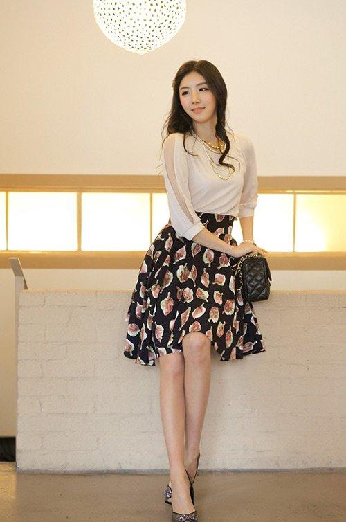 Đổi gió với style giày kết hợp với chân váy xòe hoa duyên dáng