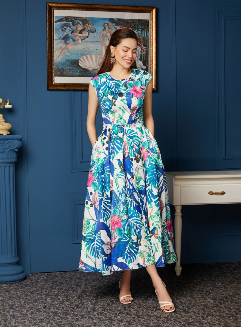 """Chiếc đầm nhiệt đới mang sắc xanh dương dịu mát được """"nữ hoàng thời trang"""" sử dụng cho buổi lễ ký kết trở thành Đại sứ thương hiệu thời trang Neva."""