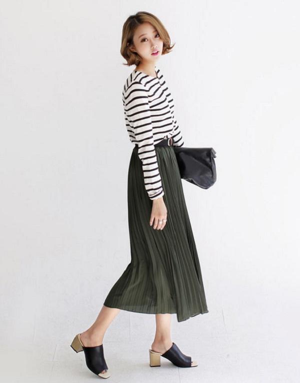 Thời trang nữ: Cách phối đồ với chân váy xếp ly dài Phoi-chan-vay-xep-ly-dai-1
