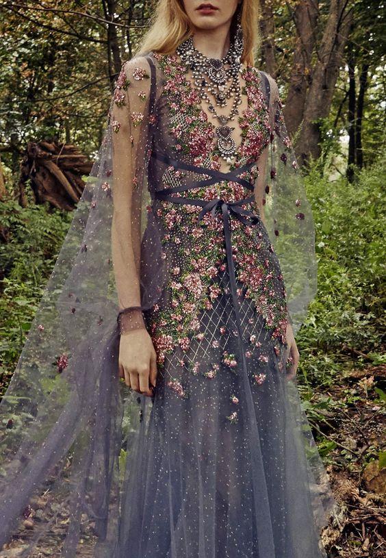 Hóa nữ thần thiên nhiên cùng mẫu váy đầm dạ hội dài tay hoa