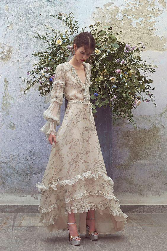 Chi tiết bèo nhún tạo ấn tượng về sự nữ tính cho kiểu váy đầm dạ hội dài tay
