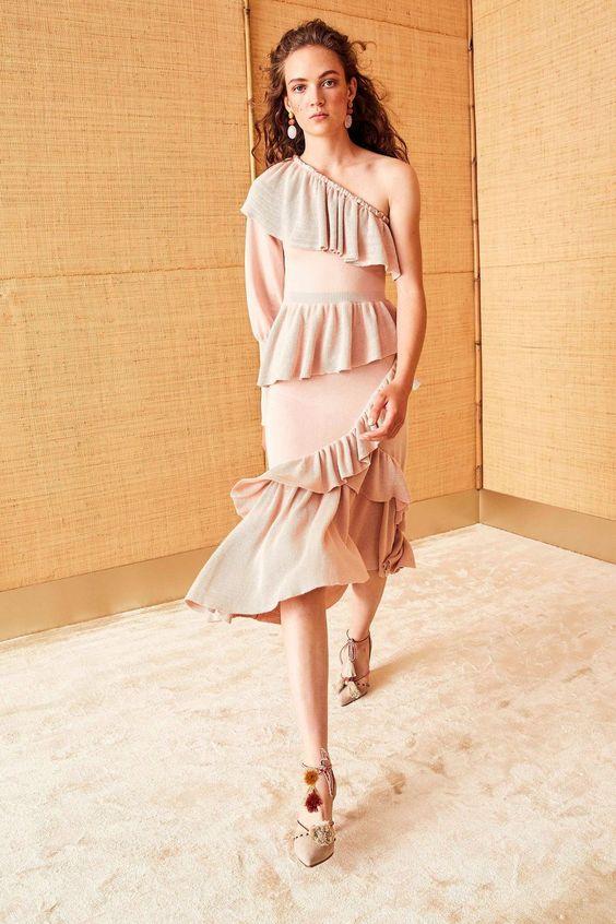 Váy đầm maxi kết hợp thiết kế lệch vai và xếp tầng