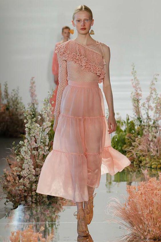 Váy đầm maxi lệch vai dáng xòe khiến các cô gái trở nên thật ngọt ngào, nữ tính