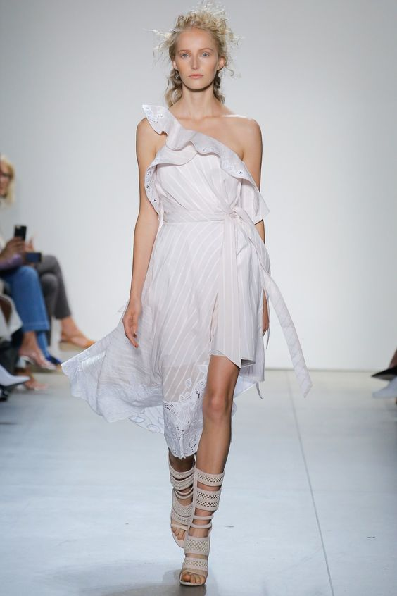 Hãy thử cách mix match váy đầm maxi + sandal đan dây, nàng sẽ trở nên cực ấn tượng đấy