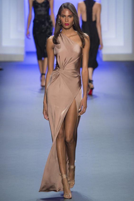 Chiếc váy đầm maxi xoắn eo mang đến ấn tượng về nét cá tính, sành điệu