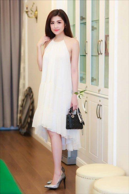 Thướt tha với váy maxi trắng tinh khôi