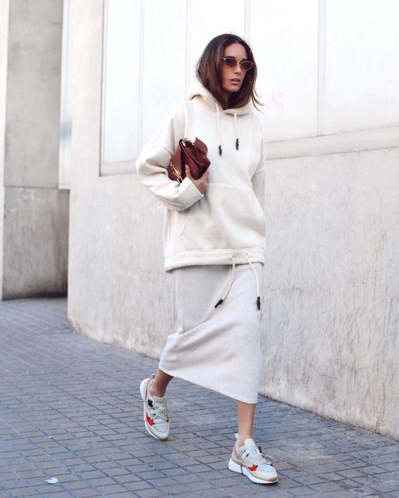 váy đầm suông đơn giản, áo hoodie trẻ trung cùng đôi giày retro runners