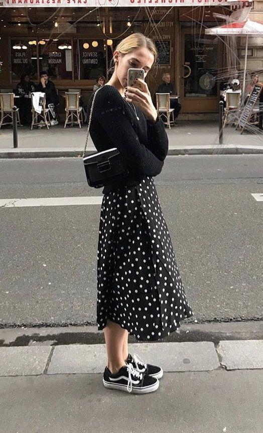 chiếc váy đầm suông kết hợp cùng giày trượt ván