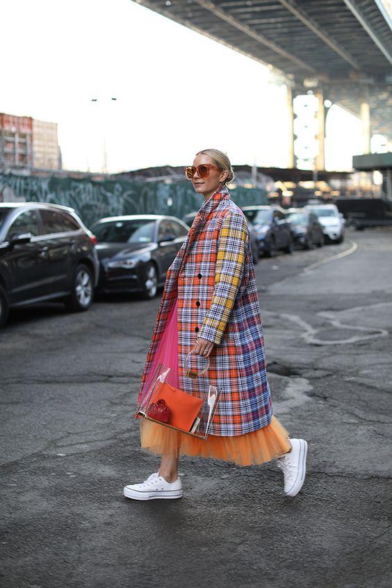 sành điệu, cá tính hơn cùng váy đầm suông, áo khoác overcoat và giày vải