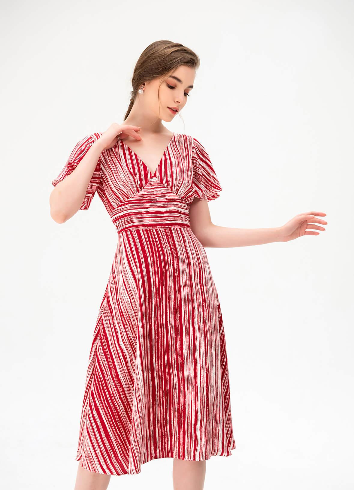 Màu hè rực rỡ không thể vắng bóng hình ảnh váy dành cho người bắp tay to với gam màu đỏ nóng bỏng