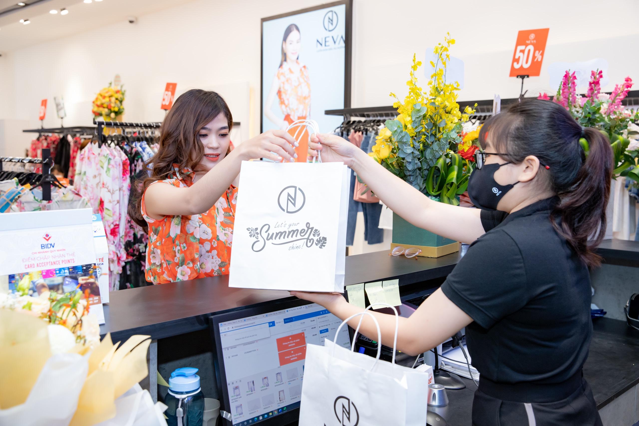 hồ ngọc hà bắt tay cùng neva fashion ra mắt bộ sưu tập hoa dâu Youth Explosion